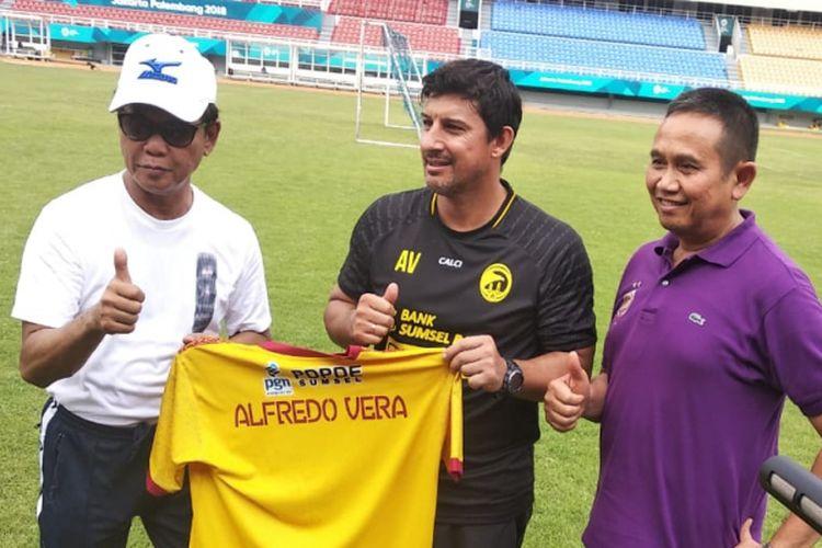Dirut PT SOM Muddai Madang bersama pelatih baru Sriwijaya FC Alfredo Vera dan Ucok Hidayat selaku manajer Sriwijaya FC, ketika berada di stadion Gelora Sriwijaya Jakabaring Palembang, Sumatera Selatan, Minggu (21/10/2018). Alfredo sendiri sebelumnya adalah pelatih dari Persebaya dan kini bergabung ke Sriwijaya FC.