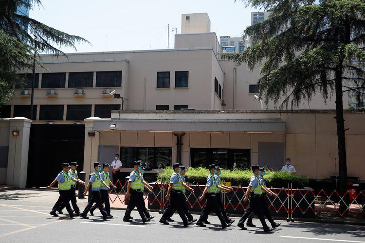 Polisi berbaris di depan gedung bekas Konsulat AS di Chengdu, Provinsi Sichuan, China, pada Senin (27/7/2020). Konsulat AS di Chengdu ditutup China sebagai balasan atas ditutupnya Konsulat China di Houston, Texas.