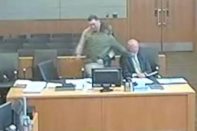 Rekaman video memperlihatkan ketika terdakwa bernama Lamont Payne langsung memukul pengacaranya yang bernama Vladimir Gagic dalam sidang di Maricopa County, Arizona, tahun lalu.