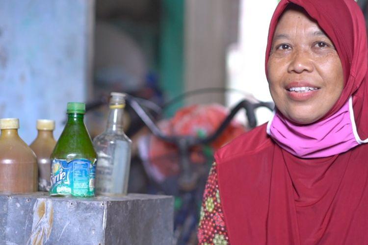 Narsih, pedagang jamu keliling yang memperoleh BLT Banpres UMKM Rp 2,4 juta.
