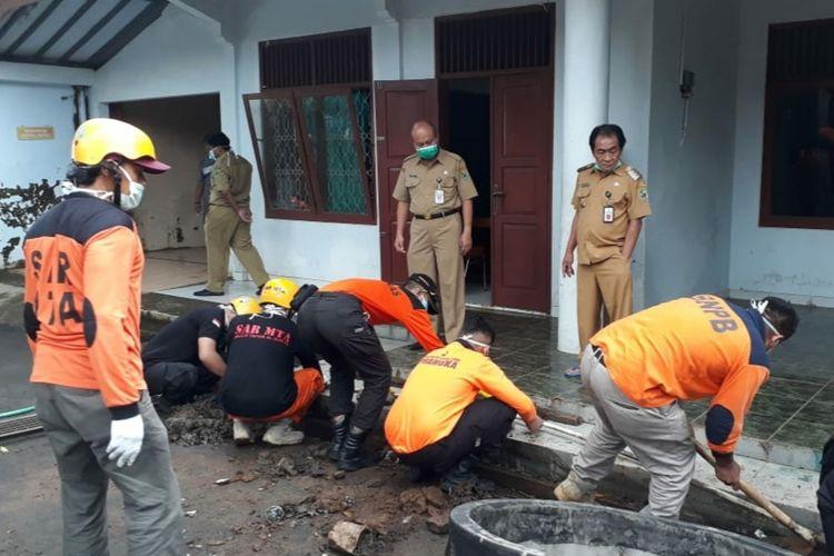 Persiapan tempat karantina di gedung bekas kantor Inspektorat di kompleks pendapa sekaligus rumah dinas Bupati Banjarnegara, Jawa Tengah, beberapa waktu lalu.