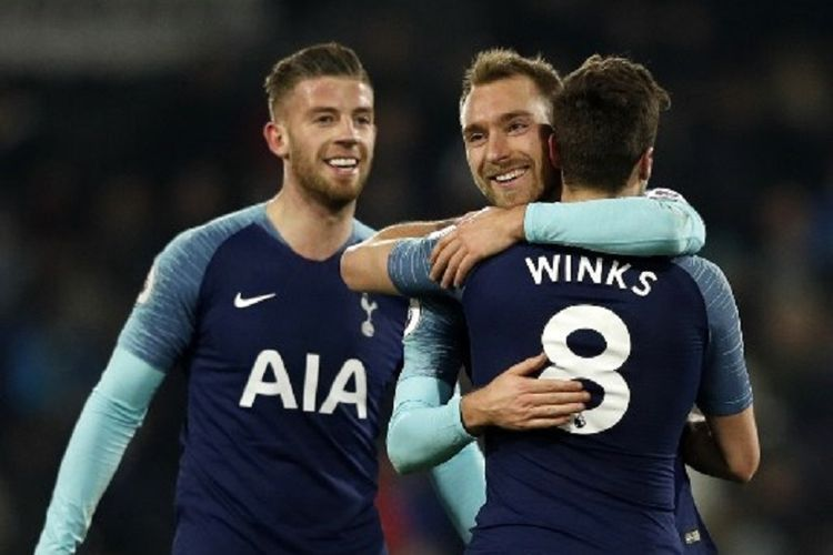 Toby Alderweireld dan Christian Eriksen menyelamati Harry Winks yang mencetak gol penentu pada laga Fulham vs Tottenham Hotspur di Stadion Craven Cottage dalam lanjutan Liga Inggris, 20 Januari 2019.