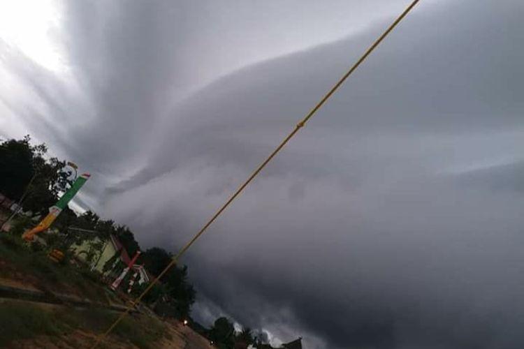 Foto awan pekat menyerupai ombak sebelum bencana angin puting beliung di Tulang Bawang, Rabu (20/5/2020). (FOTO: Istimewa)