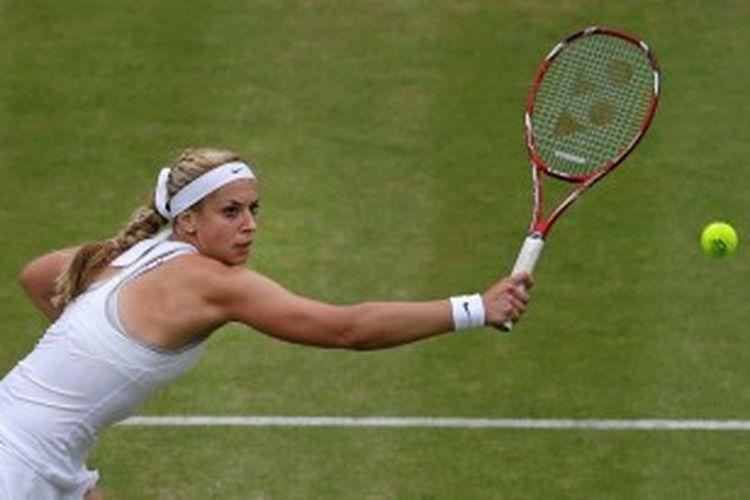 Petenis Jerman, Sabine Lisicki, mengembalikan bola Kaia Kanepi dari Estonia, saat bertemu di babak perempat final turnamen Grand Slam Wimbledon, Selasa (2/7/2013).