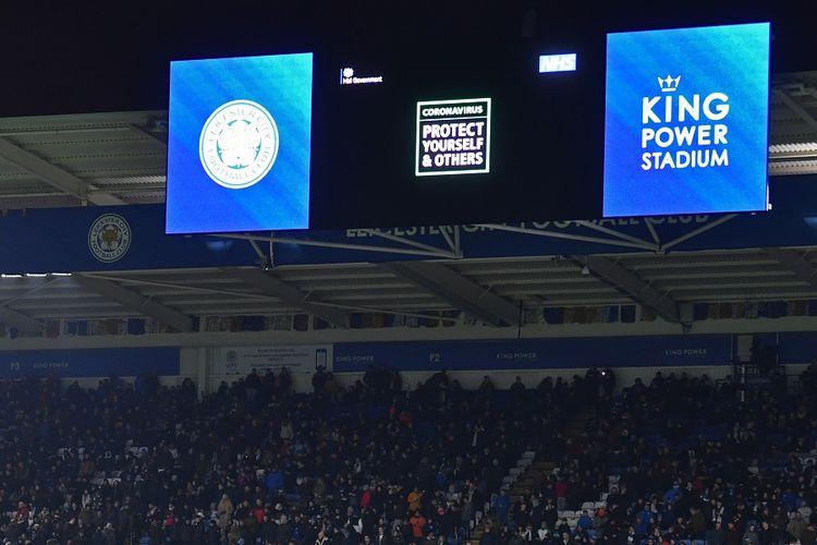 Sebuah pengumuman berisi peringatan tentang virus corona ditampilkan di layar lebar dalam pertandingan Premier League antara Leicester City vs Aston Villa di King Power Stadium di Leicester, pada 9 Maret 2020.