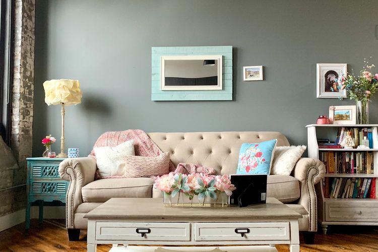 Ilustrasi ruang keluarga dengan warna cat dinding abu-abu.