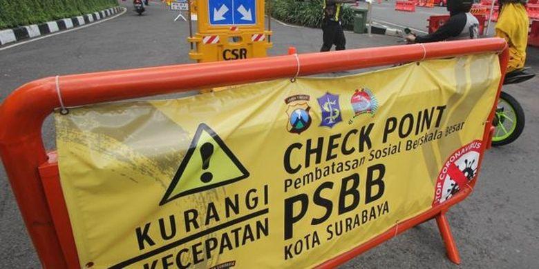 Petugas melakukan penyekatan di pos pemeriksaan Bundaran Waru, Surabaya, Jawa Timur, Senin (25/5).