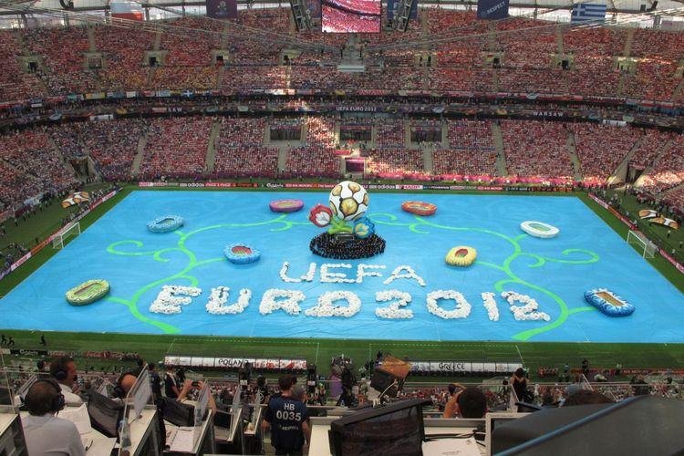 Suasana pembukaan Piala Eropa 2012 di Stadion Narodowy, Warsawa, pada 7 Juni 2012. Robert Lewandowski mencetak gol pembuka turnamen tersebut.