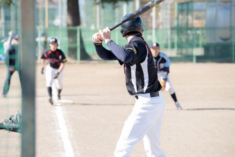 Ilustrasi memukul bola permainan softball