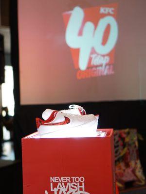 Dua kreasi custom Never Too Lavish untuk sneaker Nike Air Force 1 hasil kolaborasi dengan restoran cepat saji KFC, yang dipamerkan di KFC Kemang, Jakarta, Jumat sore (11/10/2019).