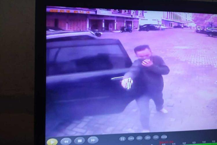 Pria ini menggunakan senjata menyerupai pistol kepada seorang sekuriti di sebuah komplek di Jalan Brigjen Katamso, Kelurahan Sei Mati, Kecamatan Medan Maimun pada Rabu (30/9/2020). Sekuriti yang ditodong mengaku trauma.