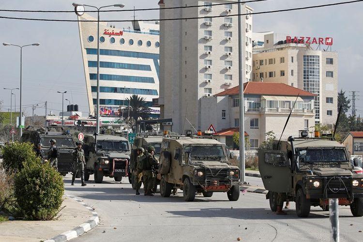 Tentara Israel saat memasuki wilayah Ramallah di Tepi Barat, pada Senin (10/12/2018), satu hari setelah insiden penembakan yang melukai tujuh orang di Ofra.