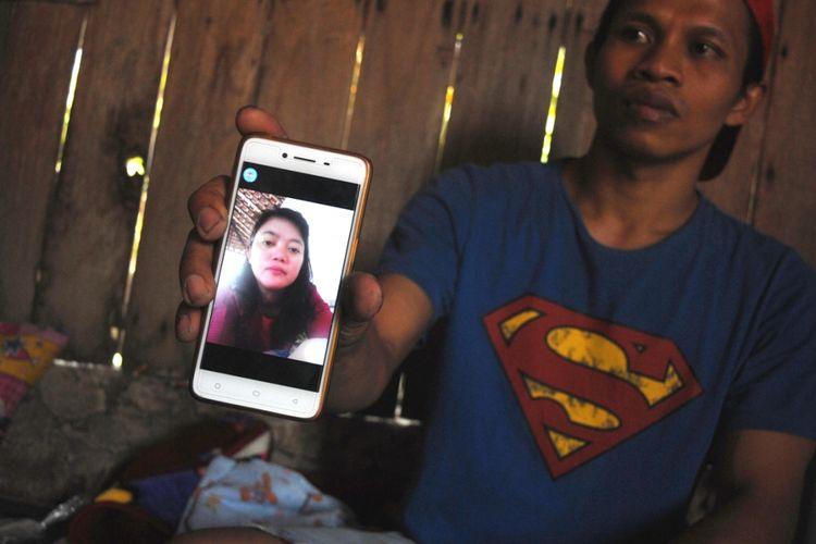 Calon suami Warsilah (36) menunjukkan foto Warsilah semasa hidup saat ditemui di rumah duka di Desa Sumberejosari, Kecamatan Karangrayung, Kabupaten Grobogan, Jateng?, Selasa (3/7/2018) siang.