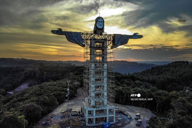 Pemandangan patung Kristus Pelindung yang sedang dibangun di Encantado, negara bagian Rio Grande do Sul, Brasil, pada 9 April 2021.