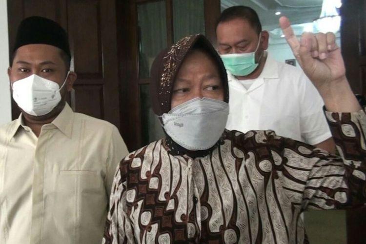 Menteri Sosial Tri Rismaharini (kanan) bersama Bupati Gresik Fandi Akhmad Yani (kiri) saat berada di pendopo dan rumah dinas Bupati Gresik, Sabtu (27/3/2021).