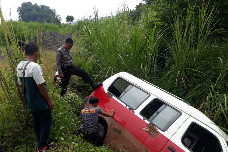 Mobil angkot yang digunakan untuk memerkosa mahasiswi Unpad terperosok ke jurang di wilayah Cisitu, Sumedang, Sabtu (22/2/2020). DOK. Polres Sumedang