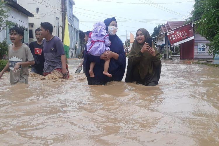 Banjir yang merendam Kabupaten Luwu, Sulawesi Selatan, sejumlah warga memilih mencari tempat yang aman karena khawatir banjir susulan akan kembali terjadi, Sabtu (8/6/2019).