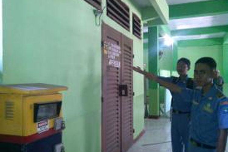 Gardu listrik berada di lantai dasar Masjid Istiqomah SMKN 36, Kalibaru, Cilincing, Jakarta Utara.