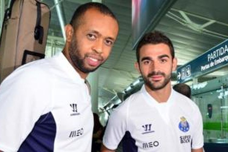 Striker baru FC Porto, Adrian Lopez (kanan), bersama kiper Helton (kiri).