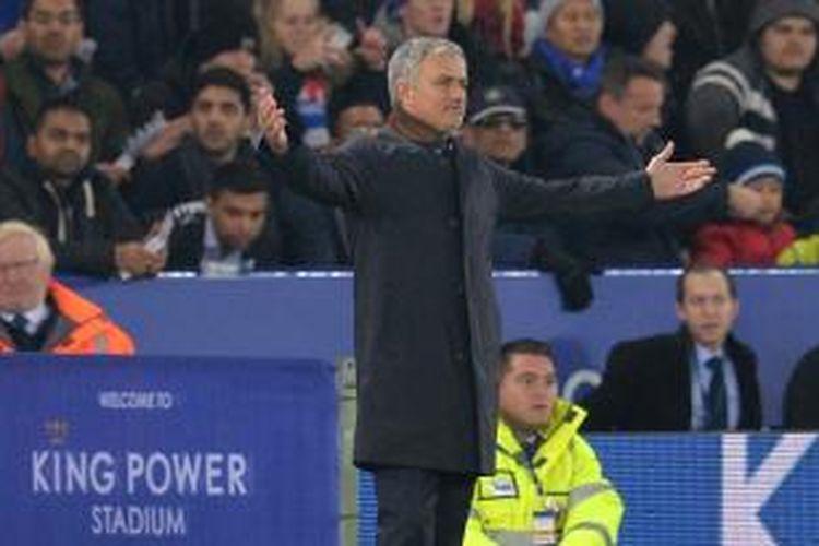 Salah satu ekspresi yang ditunjukkan Manajer Chelsea, Jose Mourinho, pada laga lanjutan Premier League kontra Leicester City di Stadion King Power, Senin (14/12/2015) atau Selasa dini hari WIB.