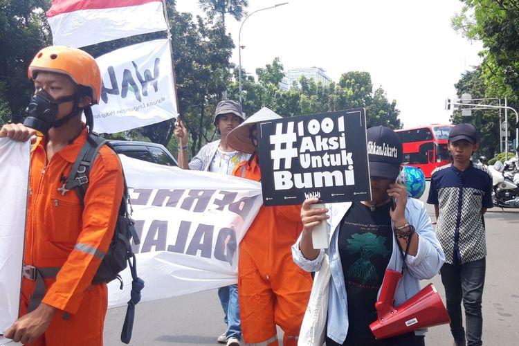 WALHI DKI Jakarta gelar aksi selamatkan ekologis Jakarta dari Balai Kota hingga Monas, Senin (22/4/2019)
