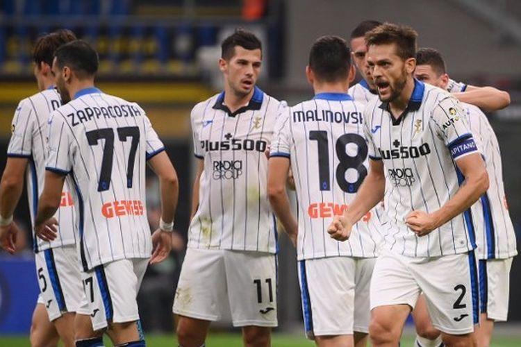 Bek Atalanta, Rafael Toloi (kanan), berselebrasil setelah mencetak gol dalam laga Serie A antara Inter Milan vs Atalanta di Stadion San Siro, Milan, Sabtu (25/9/2021).