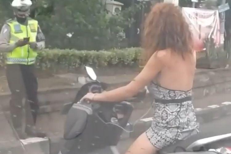 Video aksi seorang warga negara asing (WNA) yang berdebat dengan petugas kepolisian di simpang Teuku Umar, Denpasar, Bali, viral di media sosial.