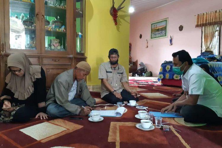 Petugas Jasa Raharja memberikan santunan untuk korban kecelakaan di Solok, Sumatera Barat