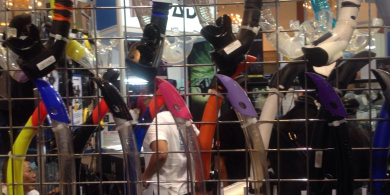 Alat dasar selam yaitu snorkel ditawarkan di pameran wisata Deep & Extreme 2017 yang diselenggarakan di Jakarta Convention Center, Jakarta, Kamis (30/3/2017). Snorkel adalah salah satu alat yang membantu pernapasan untuk penyelam permukaan.