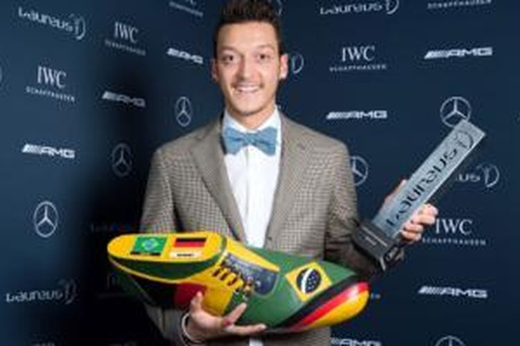 Mesut Oezil saat menerima Laureus Award, November 2014.