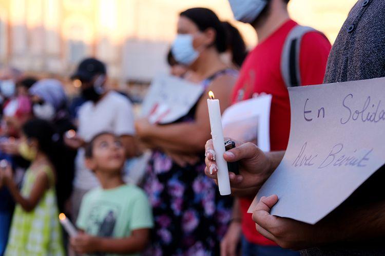 Seorang pria memegang lilin dan sebuah kertas bertuliskan Solidaritas dengan Beyrouth pada acara solidaritas untuk tragedi ledakan besar di Beirut, Lebanon, yang digelar di Toulouse, Perancis, Rabu (5/8/2020). Ungkapan duka dan solidaritas mengalir dari berbagai penjuru dunia atas insiden ledakan dahsyat di Beirut, Lebanon, Selasa (4/8/2020), yang menewaskan lebih dari seratus orang.