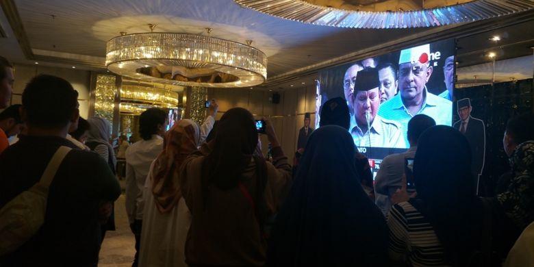 relawan pasangan Calon Presiden dan Wakil Presiden nomor urut 2 Prabowo Subianto dan Sandiaga Uno berkumpul di depan layar besar di Ballroom Ambhara Hotel, Melawai, Jakarta Selatan, Rabu (17/4/2018).