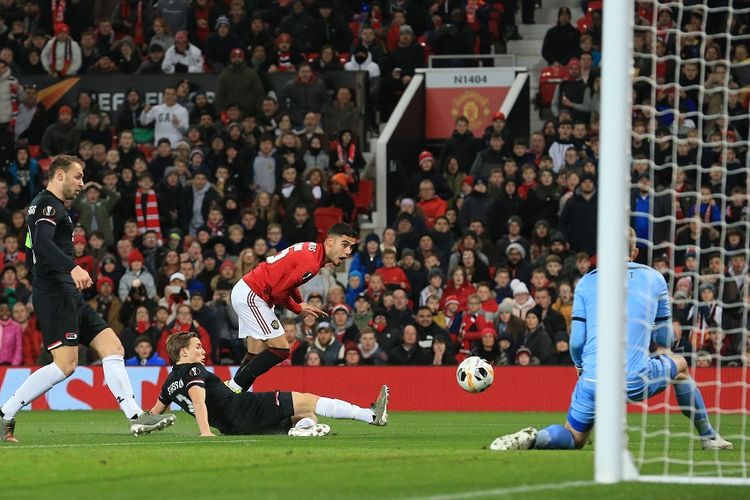 Gelandang Manchester United Andreas Pereira (merah) melakukan tendangan, tetapi belum berhasil mencetak gol dalam pertandingan Grup L Liga Europa antara Man United vs AZ Alkmaar di Old Trafford di Manchester, Inggris, pada 12 Desember 2019.
