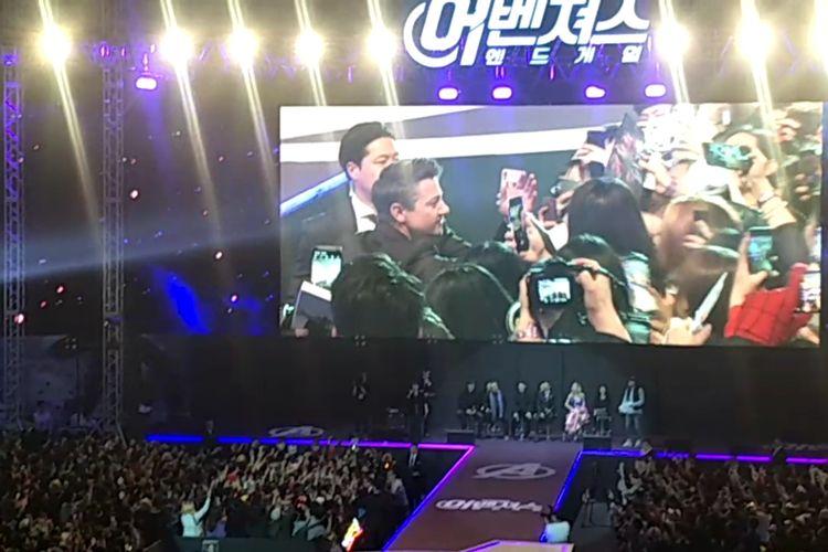 Jeremy Renner saat menghampiri dan memberi ucapan selamat ulang tahun kepada seorang penggemar dalam fan event Avengers: Endgame di Seoul, Korea Selatan, Senin (15/4/2019) malam.