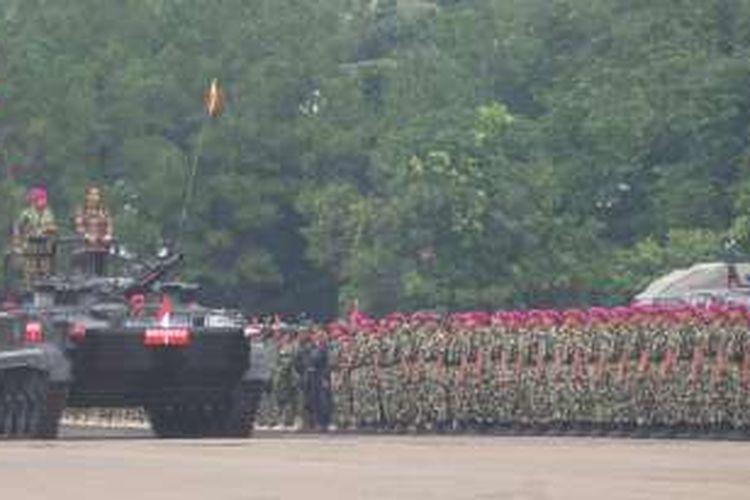 Presiden Joko Widodo saat mengecek pasukan Marinir dalam apel pasukan di Markas Korps Marinir Jakarta Selatan, Jumat (11/11/2016).