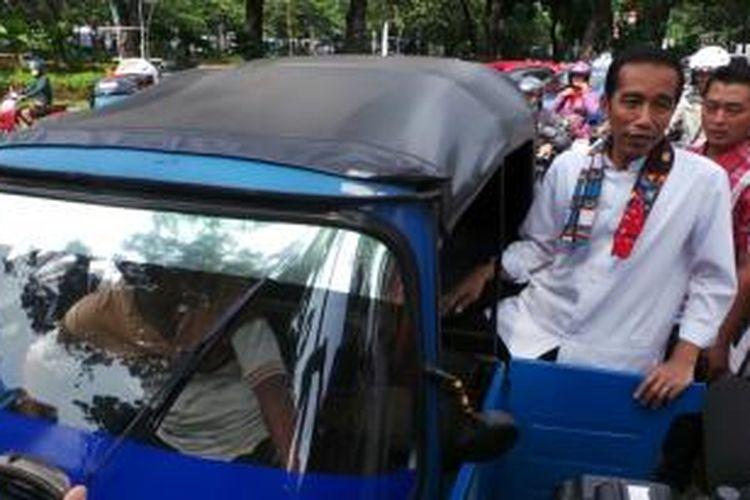Gubernur Jakarta Joko Widodo bertolak dari Balaikota, Jakarta, menggunakan bajaj.