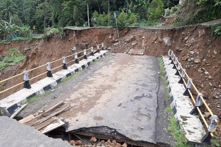 Sejumlah titik longsor dan jembatan putus di Kecamatan Lebakgedong, Kabupaten Lebak setelah banjir bandang menerjang, Rabu (1/1/2020)