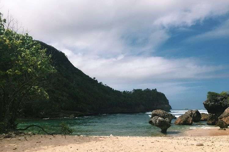 Ilustrasi pantai - Pantai Watu Leter di Malang Selatan.