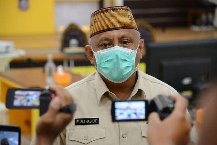 Gubernur Gorontalo Rusli Habibie saat memberikan keterangan usai rapat bersama kepala daerah dan Forkopimda.