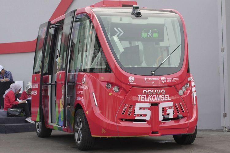 Bentuk fisik kendaraan otonomos Navya di booth Telkomsel saat acara Asian Games di GBK Senayan, Jakarta, Kamis (23/08/2018). Mobil ini merupakan mobil tanpa awak pengemudi yang dihadirkan operator seluler Telkomsel selama acara Asian Games berlangsung.
