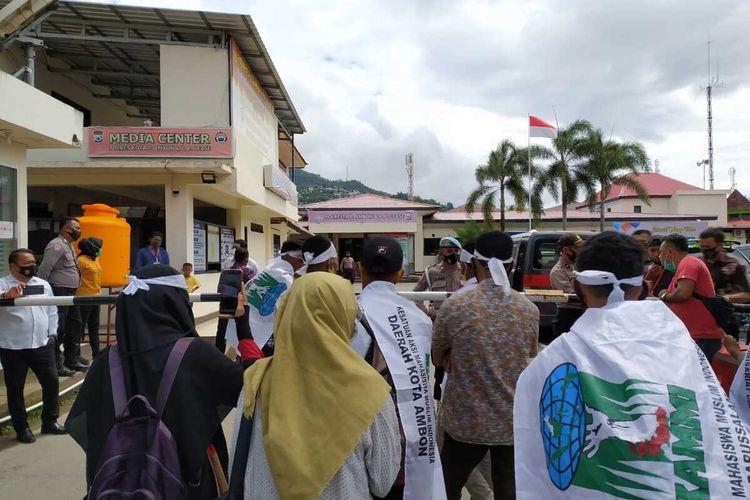 Belasan mahasiswa dari Kesatuan Aksi Mahasiswa Muslim Indonesia (KAMMI) Kota Ambon berunjuk rasa di kantor Polresta Pulau AMbon menuntut pembebasan 13 rekan mereka yang ditangkap polisi, Selasa (13.10/2020)