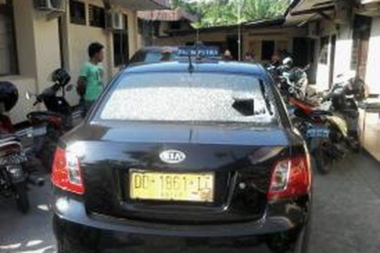 Taksi Putra yang dikemudikan Ardi mengalami pecah kaca bagian depan dan belakang setelah dilempari ajudan Walikota Makassar, Sertu Zulfikar diamankan ke Polsekta Panakukang, Jumat (31/10/2014).
