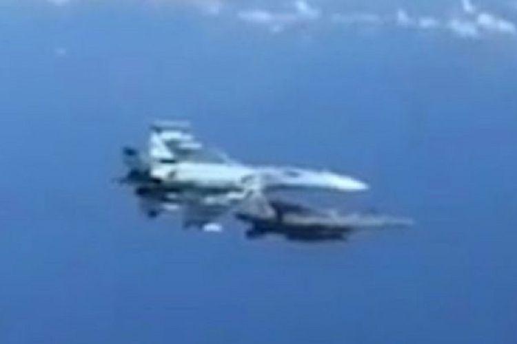 Potongan video memperlihatkan momen ketika jet tempur Rusia Sukhoi Su-27 menempel jet tempur NATO F-15 dalam peristiwa yang diduga terjadi di Laut Baltik tersebut.