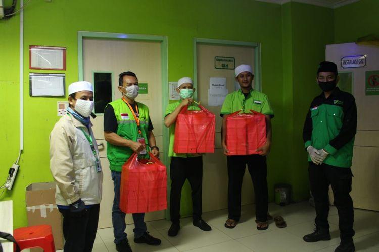 Melalui program Sahur Berkah, Dompet Dhuafa kelola donasi masyarakat untuk program suplai makanan sahur bagi tenaga kesehatan di sejumlah rumah sakit rujukan penanganan pasien Covid-19.