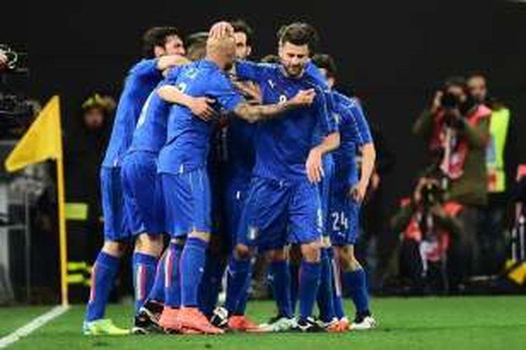 Para pemain Italia merayakan gol ke gawang Spanyol pada laga persahabatan di Stadion Friuli, Udine, Kamis (24/3/2016) waktu setempat atau Jumat dini hari WIB.