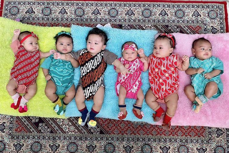 Enam bayi adopsinya Monica Soraya Haryanto (41) berada di rumahnya di kawasan Cilandak, Jakarta. Enam bayinya berasal dari ibu yang tak mampu membesarkan anaknya dan juga bayi dari pasangan di luar nikah.