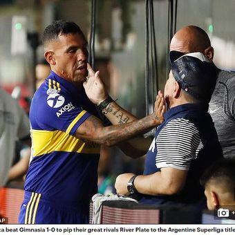 Striker Boca Juniors (kiri), Carlos Tevez, menghampiri pelatih Gimnasia, Diego Maradona, jelang pertandingan antara kedua tim.