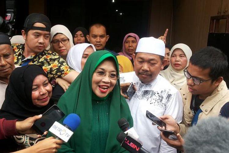 Calon wakil gubernur DKI Jakarta nomor pemilihan satu, Sylviana Murni dan Fahrurrozi Ishaq saat menghadiri sebuah acara yang digelar kelompok majelis taklim Arrohmah di rumah Fahrurrozi di Jalan Masjid, Rawabunga, Jatinegara, Jakarta Timur, Kamis (2/2/2017).