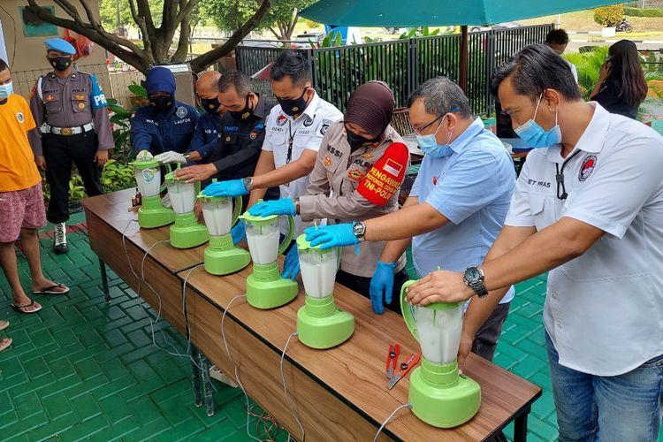 Jajaran Polresta Bandara Soekarno-Hatta saat memushahkan 7,3 kilogram narkoba jenis sabu di Mapolresta Bandara Soekarno-Hatta, Kota Tangerang, Jumat (30/4/2021). Sabu yang dimusnahkan itu merupakan hasil sitaan kepolisian dari empat kasus narkoba yang sempat mereka tangani.