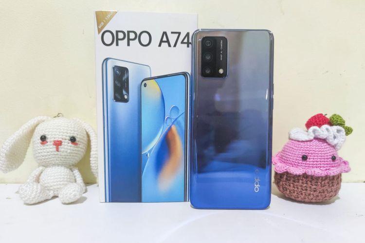 Oppo A74 dan kemasan penjualannya. Ponsel ini terdiri dari satu varian, yakni 6 GB/128 GB dan dibanderol dengan harga sebesar Rp 3.499.000 di Indonesia. Spesifikasinya mencakup chipset Snapdragon 662 dan baterai 5.000 mAh. Sistem operasi yang digunakan adalah Android 11 dengan antarmuka ColorOS 11.1.